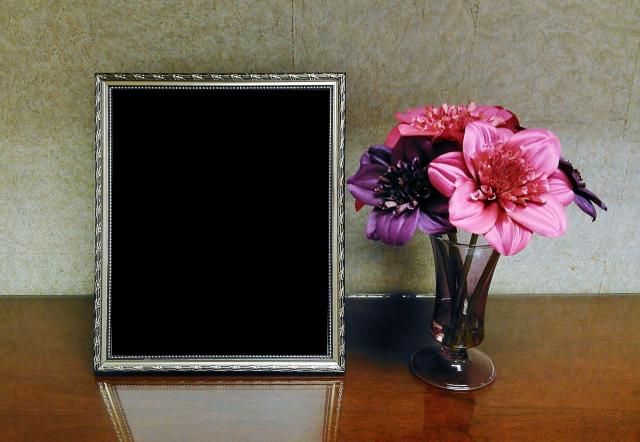 mi marco de fotos en la pared con un ramo de flores rojas - mi marco de fotos en la pared con un ramo de flores rojas